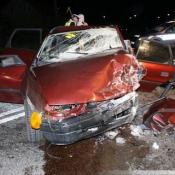 1. Jedna osoba nie żyje w wyniku czołowego zderzenia opla i audi. Przyczyny i okoliczności wypadku ustalają policjanci z Łomży.
