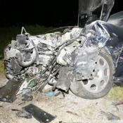 2. Jedna osoba nie żyje w wyniku czołowego zderzenia opla i audi. Przyczyny i okoliczności wypadku ustalają policjanci z Łomży.
