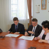 1. od prawej: wicestarosta A. Rutkowska, starosta J. Augustowski, wojewoda podlaski M. Żywno, burmistrz A. Kiełczewski