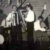 1. 1. Restauracja Mimoza, Sylwester, koniec lat 60- tych. Od lewej Wiesiek Ziólkowski, T.Zawistowski, i Autor