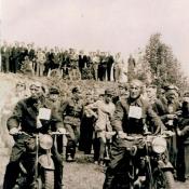 3. 2. Pierwszomajowe zawody motocyklowe w l. 60- tych. Start ze strzelnicy stadionu.  Po prawej Antoni Michalak