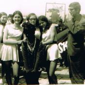 5. 4. Autor z uczennicami LO przed wyjsciem na pochod., l. 70-te