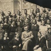 3. 2. Klasa Jana Romanowskiego z 1938r. W środku dyr. J. Perkowski
