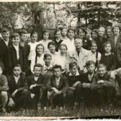 8. 8. Klasa VIIA, r. szk. 1959-60, na cmentarzu, w środku ks. Marian Łubiński