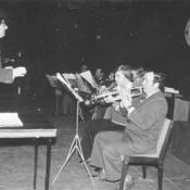 1. 4.  Autor z big bandem PSM w sali kina. od prawej J.Rzepiński, A.Świderski