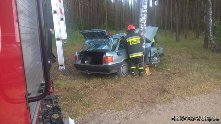 Audi uderzyło w drzewo