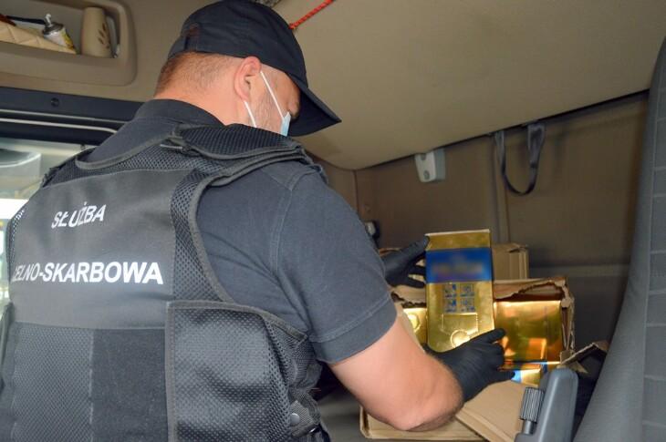 Blisko 110 l nielegalnego alkoholu pod łóżkiem kierowcy tira