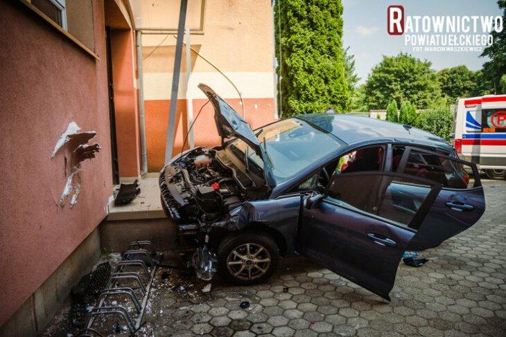 Ełk. Zasłabł za kierownicą - uderzył w budynek szkoły