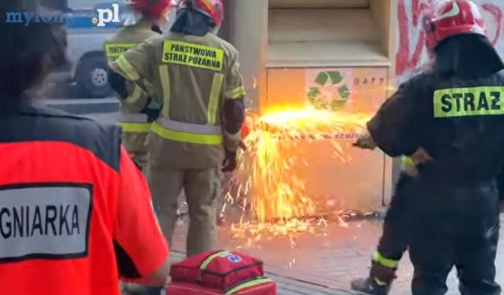 Schował się do kontenera na odzież, wyjść pomagali strażacy