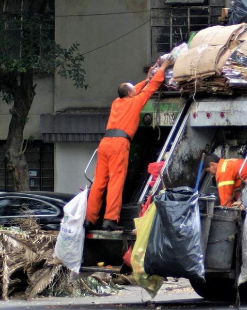 Co dzieje się z odpadami po odebraniu ich przez śmieciarkę?