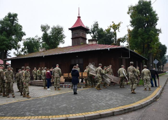 Szczuczyn:  Amerykańscy żołnierze pomagają przy odnowieniu muzeum strażackiego