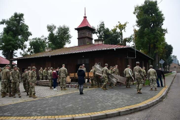 Amerykańscy żołnierze pomagają przy odnowieniu muzeum strażackiego