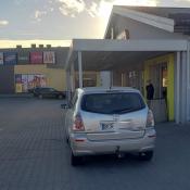 205. Biedronka , ulica Dworna, kierowcy żeby zrobić zakupy wjeżdżają już prawie do budynku . Podpis: BiedronQ