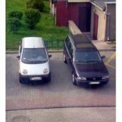 35. Parking przy bloku numer 10 na osiedlu centrum nie dość że jeden nie umie parkować to drugi poszedł w jego ślady.