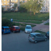 51. Samochód zaparkowany na chodniku przed blokiem nr4 na os. Południe w Grajewie.
