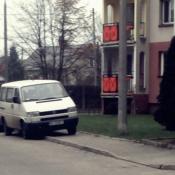 87. Kierowcy na os. Centrum zrobili sobie prywatny parking na chodniku ...