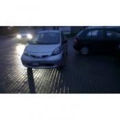 90. Po co parkować w wyznaczonych do tego  miejscach skoro można zaparkować  na środku parkingu.