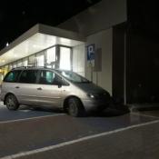 140. Udając inwalidę, chociaż zaparkuj tak jak powinieneś... Podpis: Przejeżdżająca