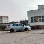 154.  Kierowca zablokowal dwa miejsca parkingowe w tym dla inwalidow , a 10 metrow obok miał wolne miejsce .
