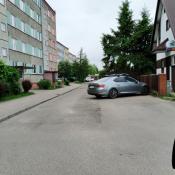 197. można i tak zaparkować szkoda tylko że inni muszą wjeżdżać na chodnik  o śmieciarce nie wspomnę !