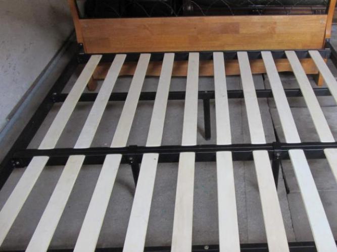 Grajewo ogłoszenia: Sprzedam używane łóżko dębowe z czarną metalową ramą (brak...