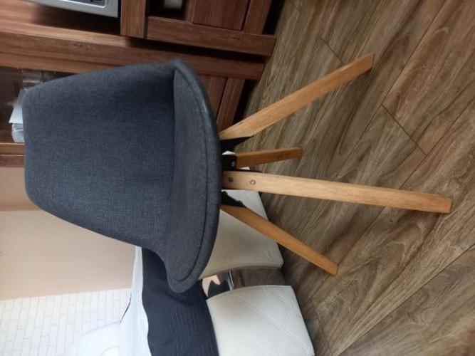 Grajewo ogłoszenia: Sprzedam dwa krzesła po 50 złotych za sztukę.