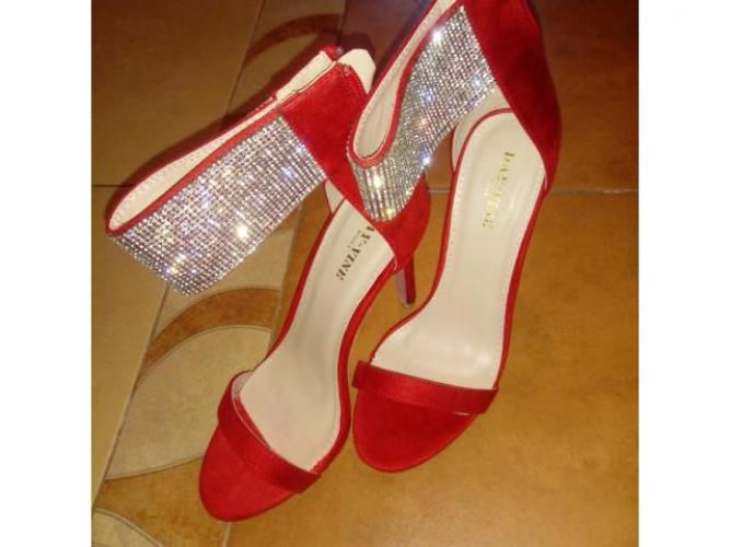 Grajewo ogłoszenia: Czerwone buty na obcasie z pięknie mieniącym sie zapięciem r. 38