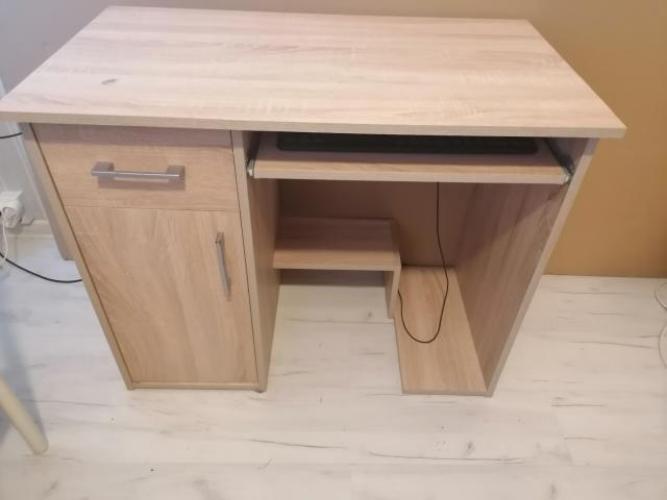 Grajewo ogłoszenia: Sprzedam biurko. Jest ono w bardzo dobrym stanie jedynie na blacie...