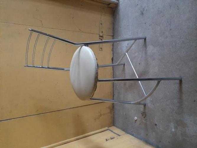 Grajewo ogłoszenia: Sprzedam dwa wysokie krzesła typu hoker. Siedzisko skóra...